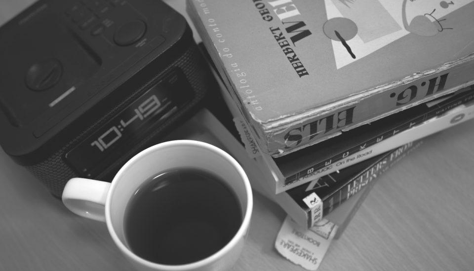 Vakú dennú hodinu sa odporúča piť káva?