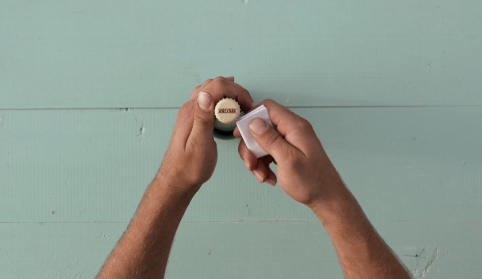 Zlepšovák: Ako otvoriť pivo papierom