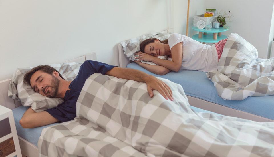 Oddelený spánok partnerov: nový zvyk, ktorý vám možno zachráni vzťah