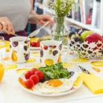 Ako pripraviť stôl na raňajky, ktoré premeníte na rande