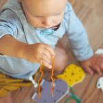 Rozvojové hračky vyrobíte aj ztoho, čomáte doma