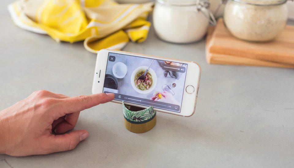Vyrobte si šikovný stojanček na mobil