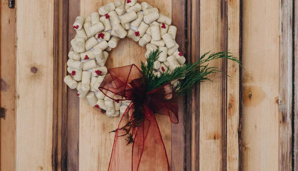 Netradičný vianočný veniec zkorkových zátok