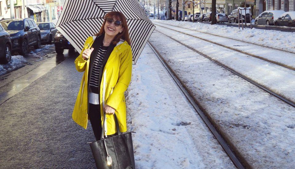 Ikonický žltý pršiplášť proti vetru, dažďu aj na parádu
