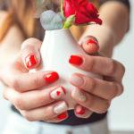 Inšpirácia: romantická manikúra so srdiečkami