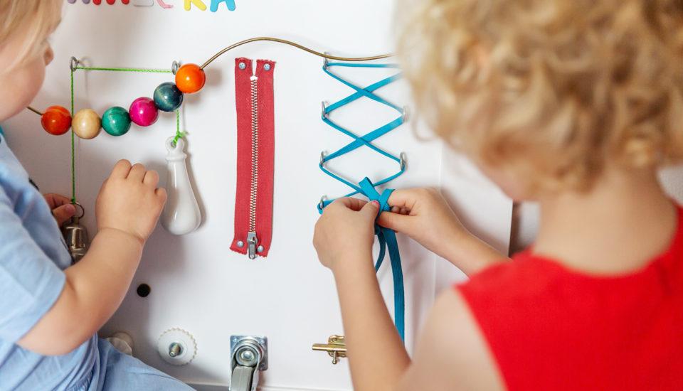 """Vyrobte si """"busy board"""", rozvojovú tabuľu pre deti od jedného roku"""