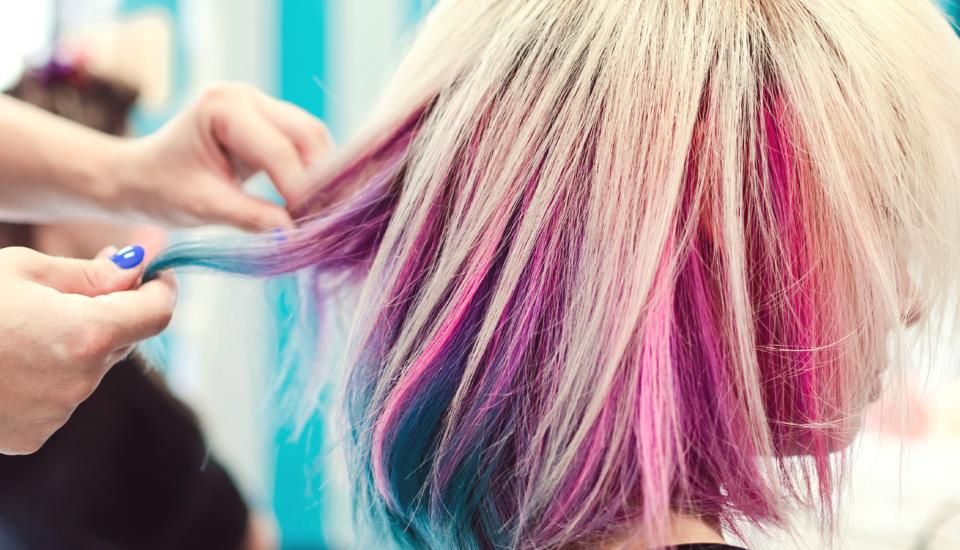Bláznivo farebné vlasy sú šik vkaždom veku. Ako na ne?