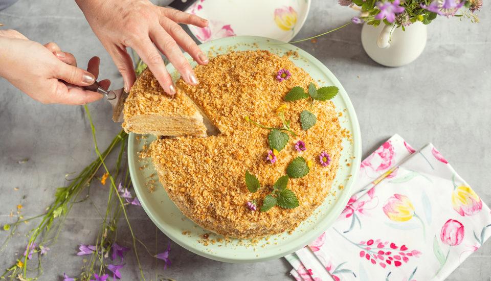 Medová torta skávovým krémom. Osvedčená klasika, ktorú milujeme