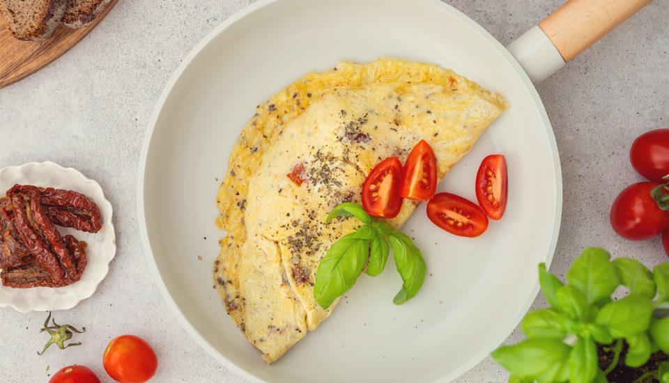 Vaječná omeleta je skvelá na raňajky aj na večeru. Ako na to, aby bola správne nadýchaná?