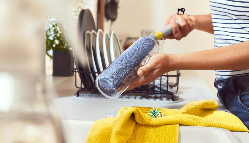 5 upratovacích tipov, ktoré pomôžu spripálenými hrncami aj špinavými škárami bez chémie