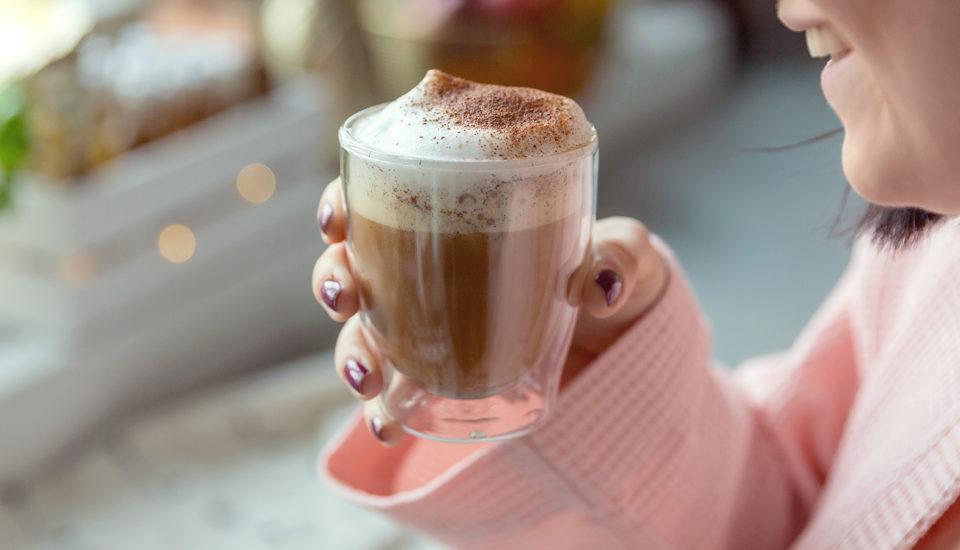 Bulletproof coffee trochu inak: so škoricou, vanilkou amandľami