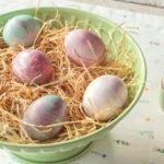 Dúhové veľkonočné vajíčka: Nafarbíte ich pomocou peny na holenie