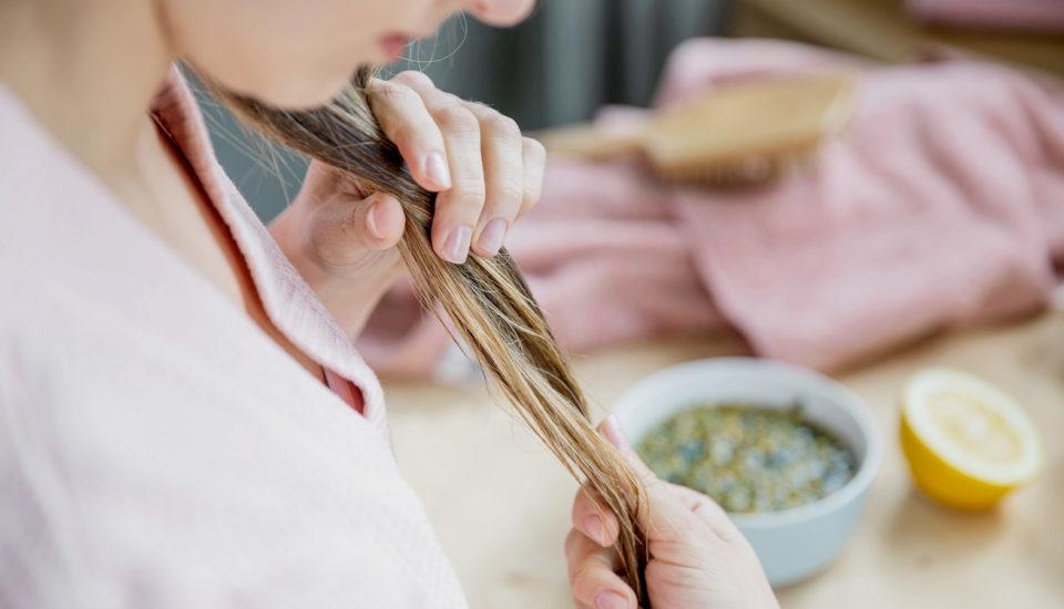Dlho ma trápili rýchlo sa mastiace vlasy. Čo mi nakoniec pomohlo?