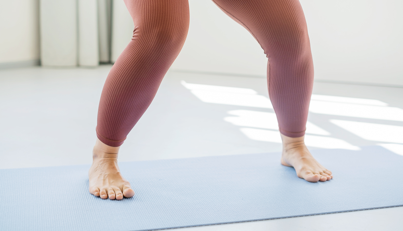 kolena při dřepu