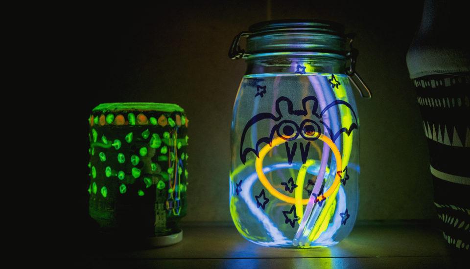 DIY pre deti: Efektné poháre na zaváranie, ktoré svietia vtme
