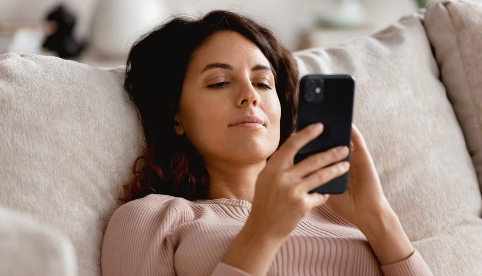 Vzťahy na sociálnych sieťach: Kde končí nablýskaná rozprávka?
