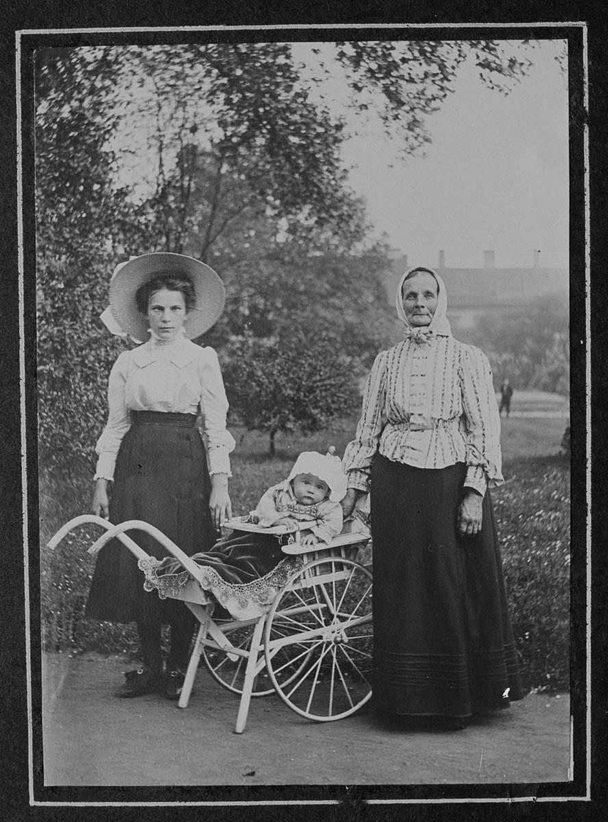 Matka, dítě a babičky pźují na fotku. Foceno 1908-1914. (Zdroj: Jan Honzak/Scheufler Collection/Corbis/VCG via Getty Images)