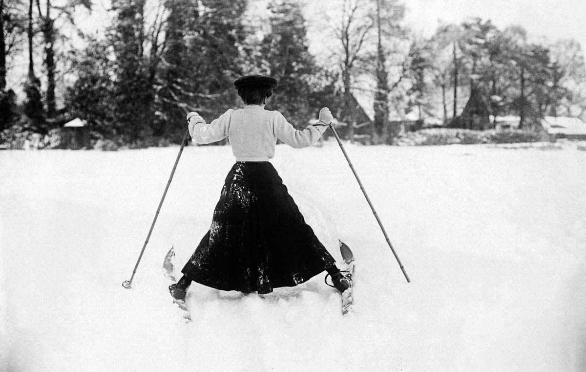 1st December 1908: A woman having a little difficulty controlling her skis in the snow at Northampton. (Photo by Topical Press Agency/Getty Images)