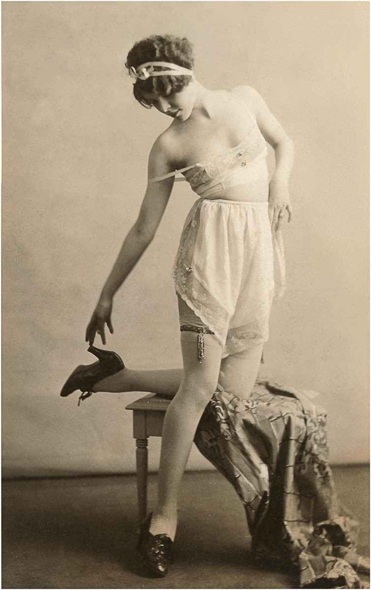Woman in Underwear and Shoes (Zdroj: Found Image Holdings/Corbis via Getty Images)