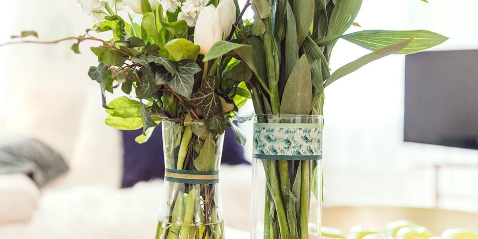 Detail vázy s dekoračnými papierovými páskami v zelenej