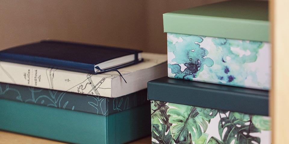 Zelené škatuľky s rastlinnými motívmi z aktuálnej kolekcie Tchibo